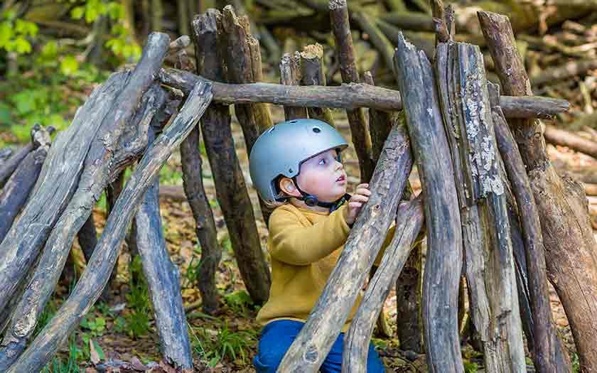 Construction d'une cabane avec un enfant dès la maternelle
